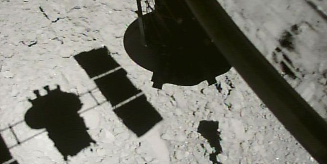 Japans Hayabusa2 Spacecraft Grabs Epic Close-up Just 30 feet Above Asteroid